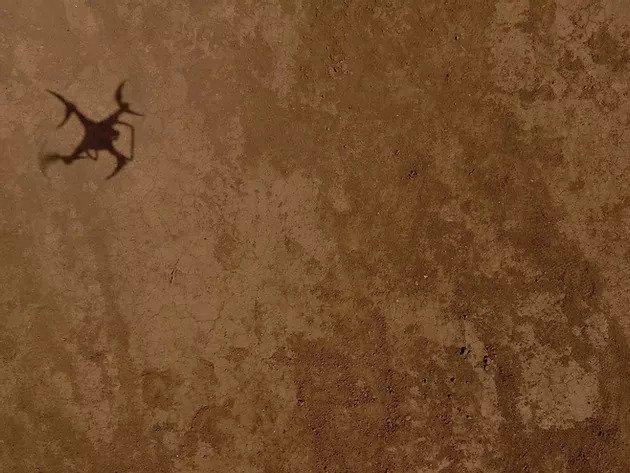 ombra del drone sul terreno